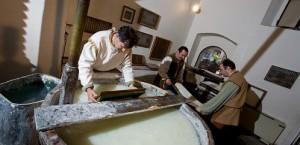 フィリグラーナ紙美術館の紙漉きの様子