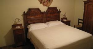 落ち着いたお部屋の一例。家具も年代ものでこだわっています