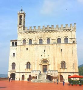 グッビオで最も美しいコンソリ宮殿